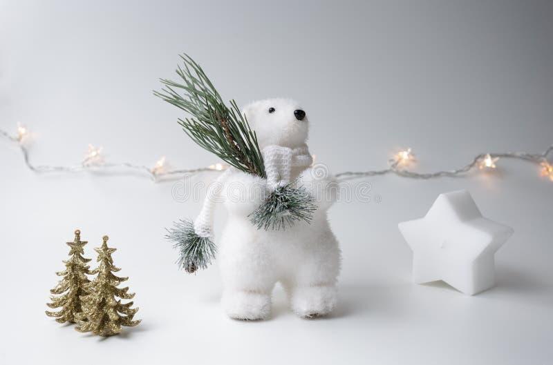 Eisbärwinter, Weihnachtsdekorationen auf weißem Hintergrund lizenzfreies stockbild