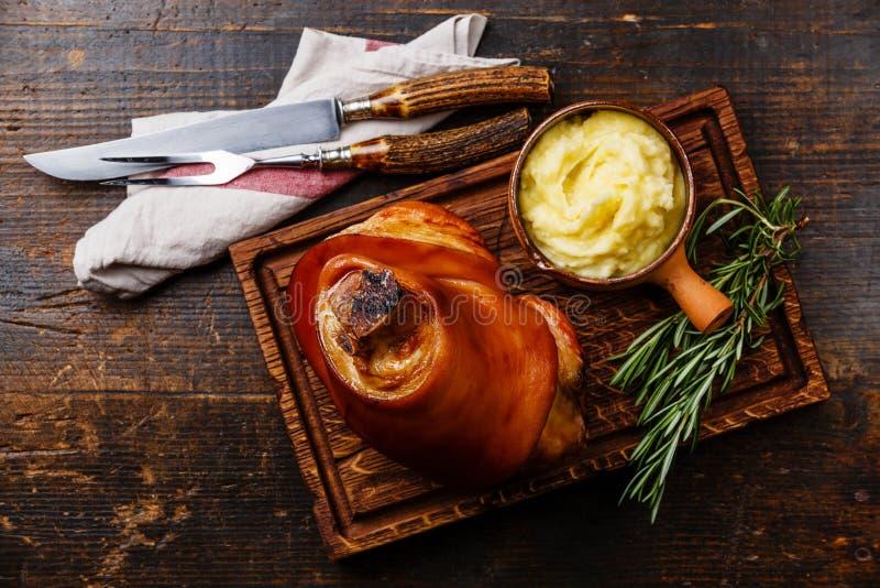 Eisbein rôti d'articulation de porc avec de la purée de pommes de terre photographie stock