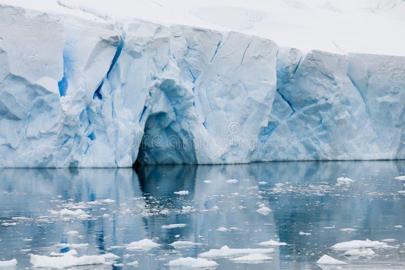 Eisberg in Antarktik mit reflektiert sich lizenzfreie stockfotografie