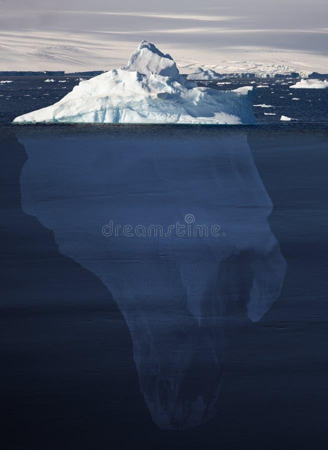 Eisberg, der 90 Prozent Unterwasser zeigt lizenzfreie stockfotos