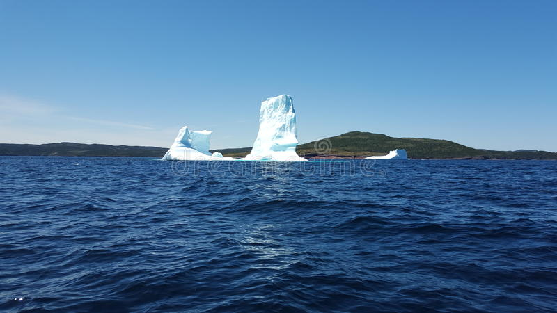 Eisberg in der Dreiheits-Bucht, Neufundland stockfotos