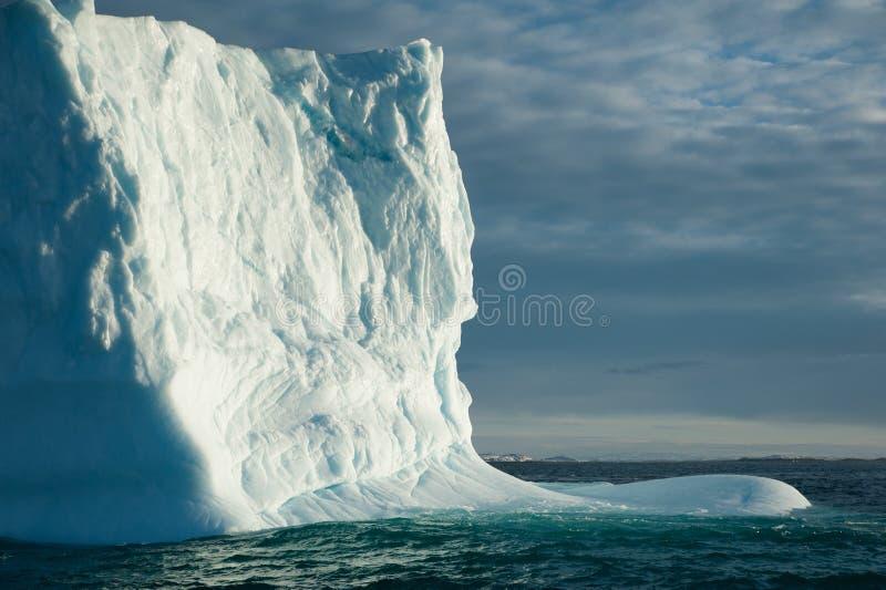 Eisberg, der vorbei überschreitet lizenzfreie stockfotos