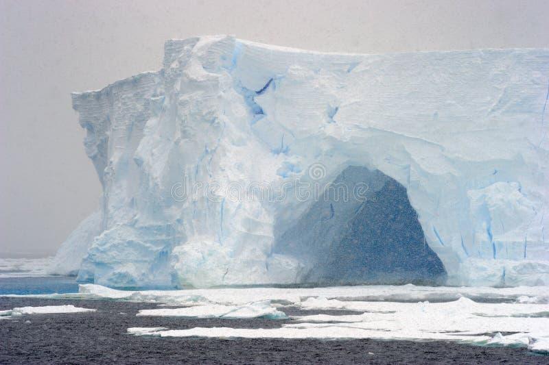 Eisberg in einem Schneeblizzard stockbild