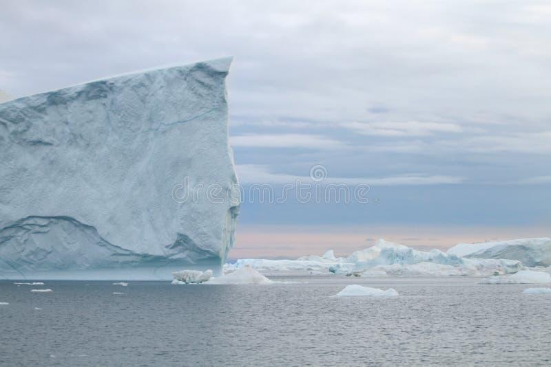 Eisberg in Ilulissat am Sonnenuntergang lizenzfreies stockfoto