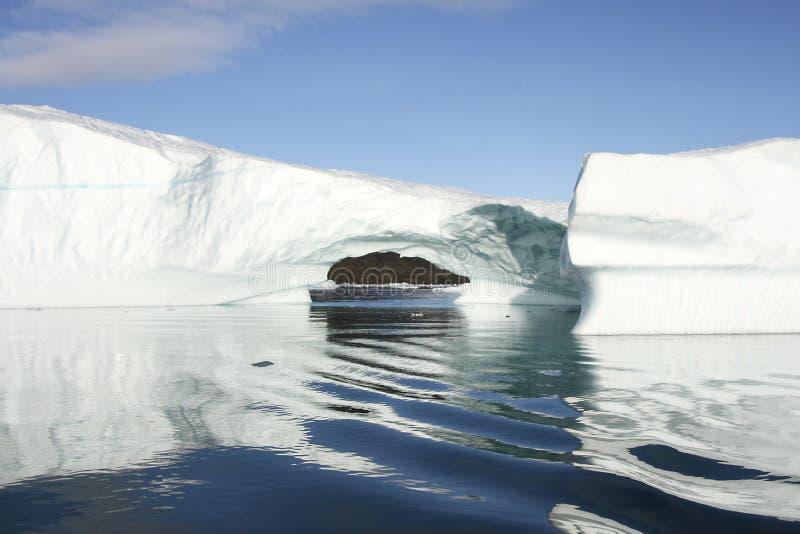 Eisberg im arktischen Wasser stockfotos