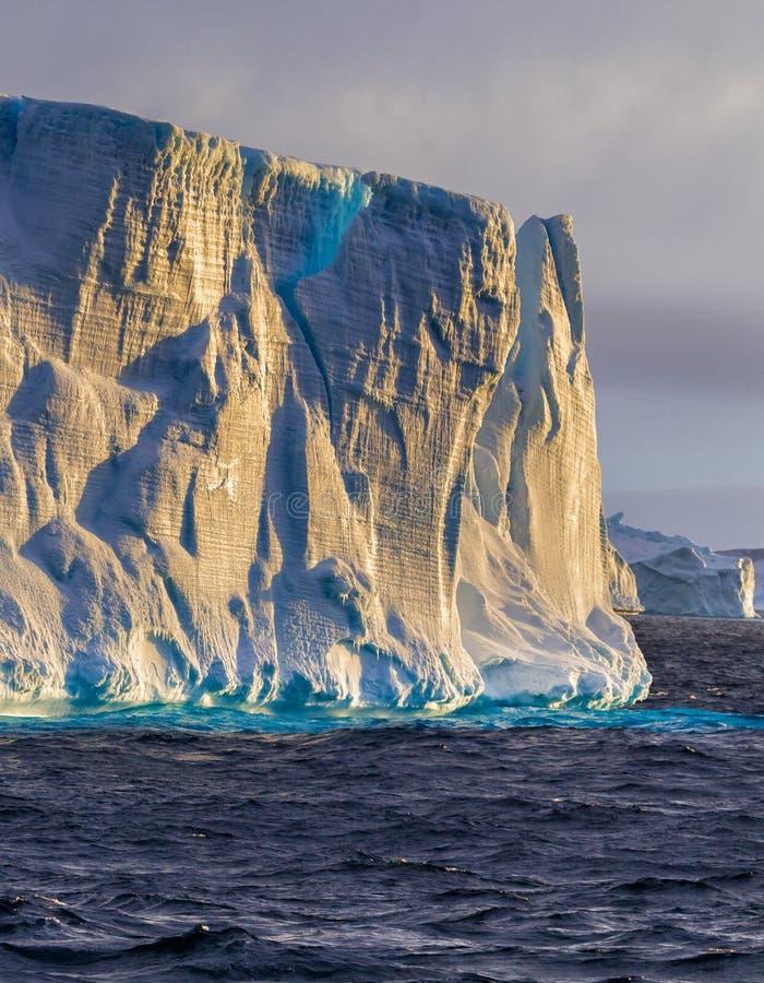 Eisberg im Südpolarmeer bei Sonnenuntergang lizenzfreies stockbild