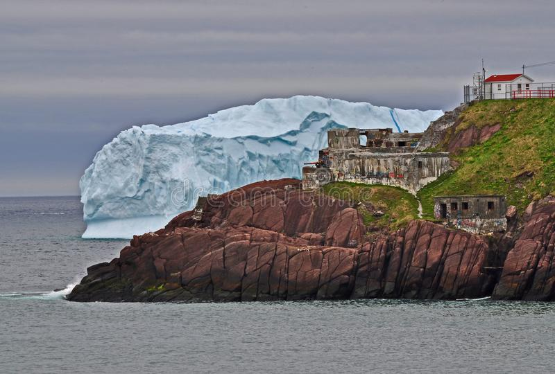 Eisberg und Fort Amherst stockbild