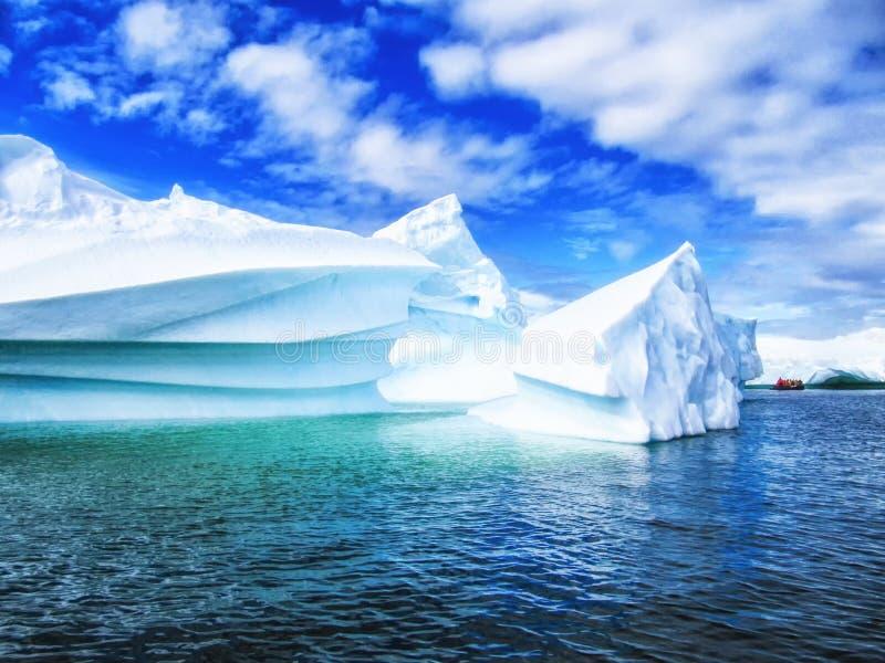 Eisberg vor Küste von die Antarktis-Reise auf Zodiak lizenzfreie stockfotos