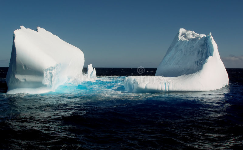 Eisberge im Ozean stockfoto