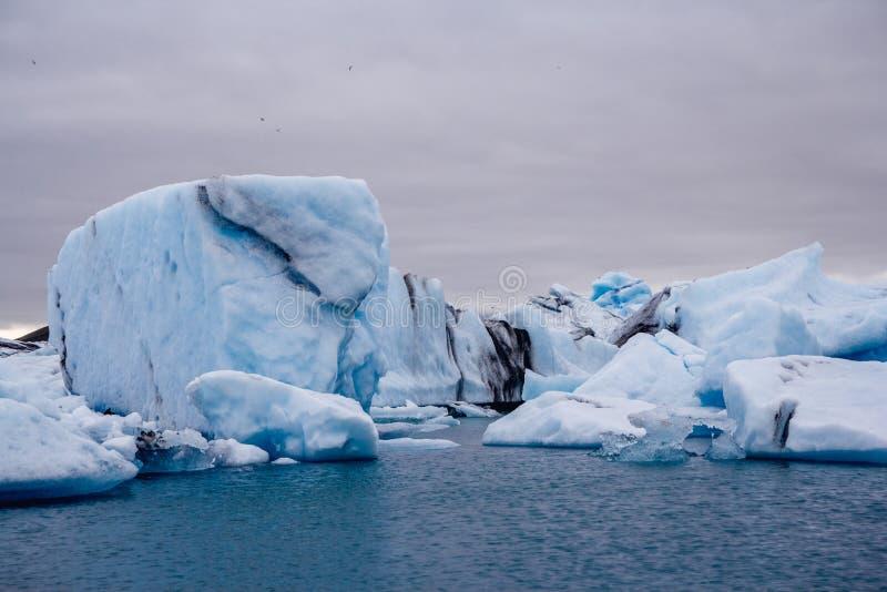 Eisberge in Jokulsarlon-Lagune unter Breidamerkurjokull-Gletscher Sudhurland, Island stockbilder
