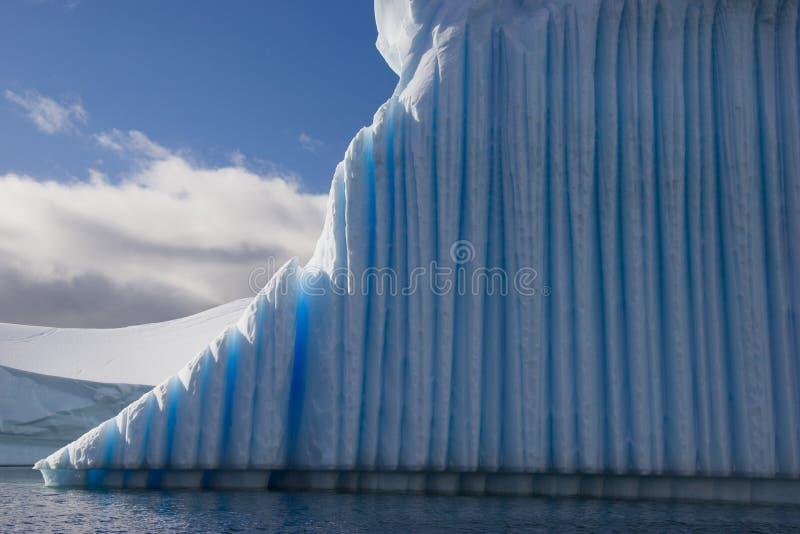 Eisbergnahaufnahme mit tiefem blauem Eis stockbild