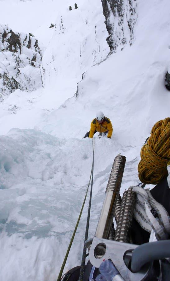 Eisbergsteiger in einem steilen Sinkkasten in den Alpen nahe Davos stockfotos