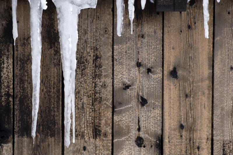 Eisbildung auf hölzerner Wand stockfotografie