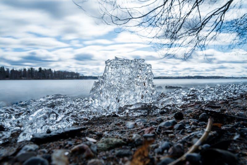 Eisblock auf See am Vorfrühlingstag stockbild