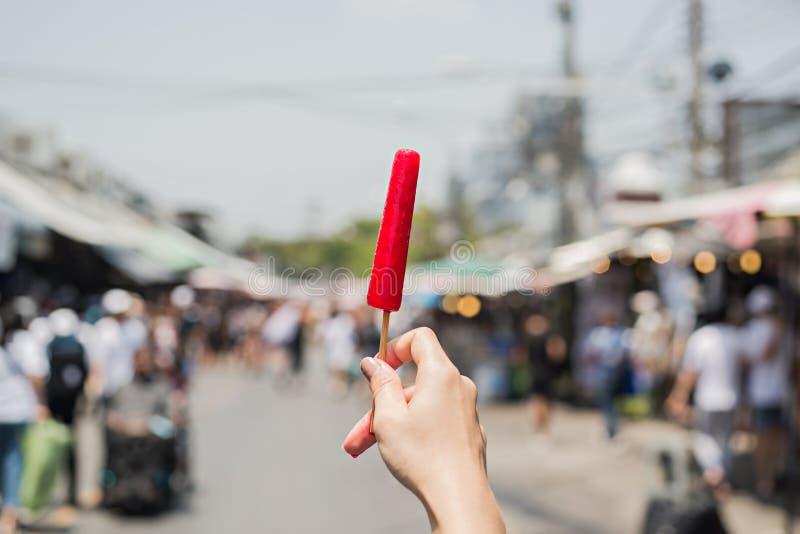 Eiscreme auf der Hand stockfotografie