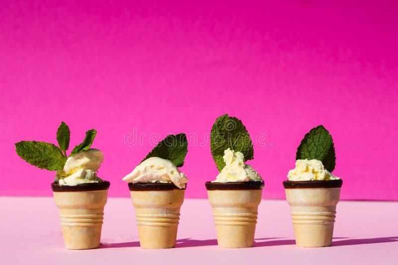 Eiscreme in der Waffel mit tadellosen Blättern, rosa Hintergrund lizenzfreies stockfoto
