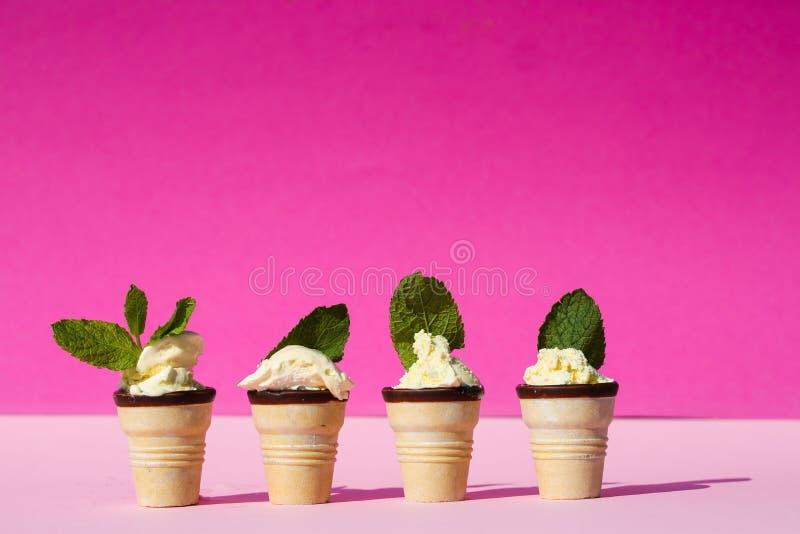 Eiscreme in der Waffel mit tadellosen Blättern, rosa Hintergrund stockfoto