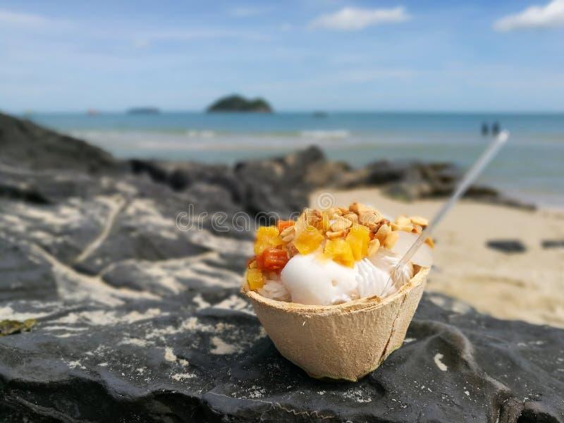 Eiscreme in einer Kokosnuss stockfotografie