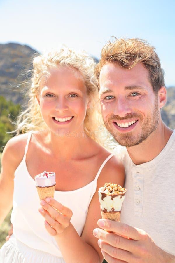 Eiscreme - glückliches Paar, das Eistüte isst stockfotografie