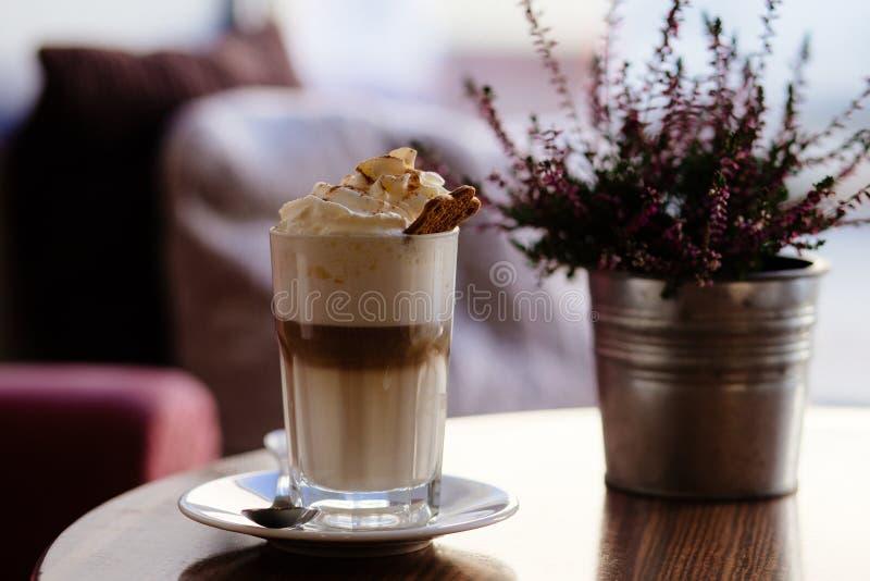 Eiscreme im Glas neben kastanienbrauner Petaled Blume auf Vase auf Tabelle lizenzfreie stockfotos