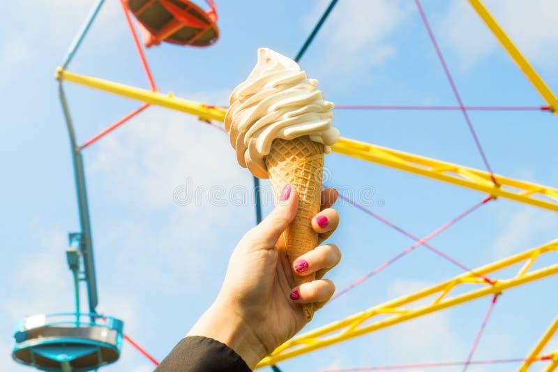 Eiscreme im Vergnügungspark an einem sonnigen Sommertag stockfoto