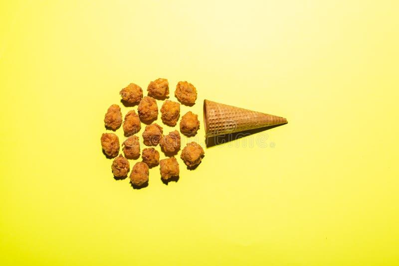 Eiscreme machte aus knusperigen Hühnerstückchen und vaffle Kegel heraus Flaches Lagefoto lizenzfreie stockfotos