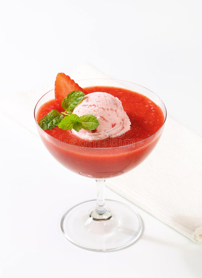 Eiscreme mit Erdbeerpüree stockfotografie