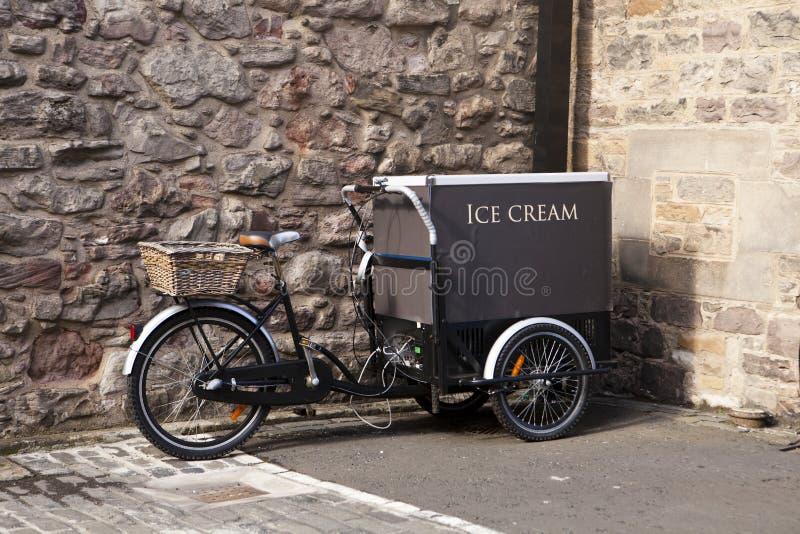 Eiscreme-Wagen mit Fahrrad lizenzfreie stockfotos