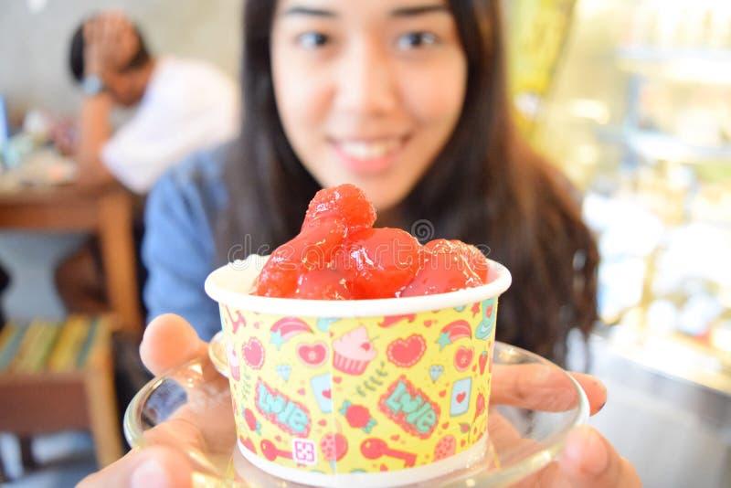 Eiscremeerdbeere stockfotografie