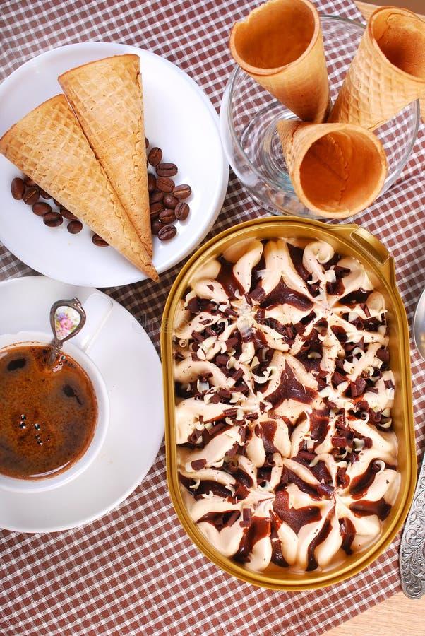 Eiscremekasten-, -kaffee- und -waffelkegel lizenzfreies stockbild