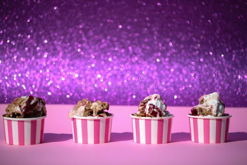 Eiscremeschale auf rosa Hintergrund, Sommergefühle, Hintergrund, c stockfotos