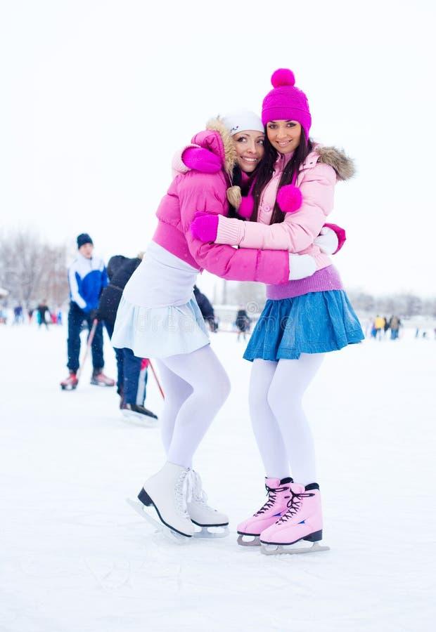 Eiseislauf mit zwei Mädchen stockfotografie