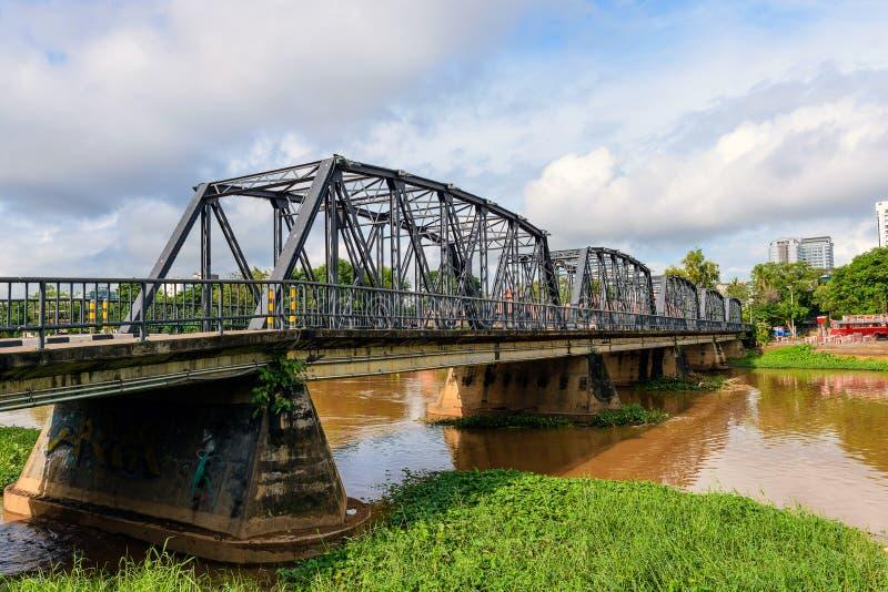 Eisen-Brücke über dem Fluss stockfotos