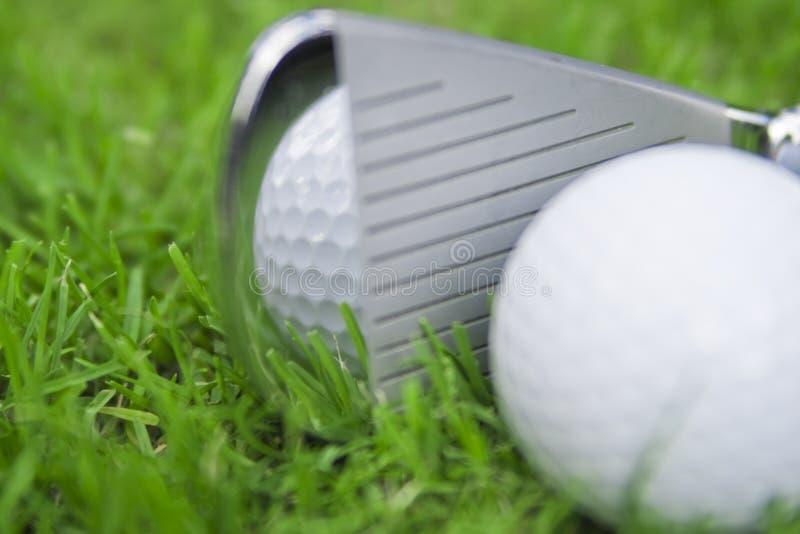 Eisen, das Golfball schlägt stockbild