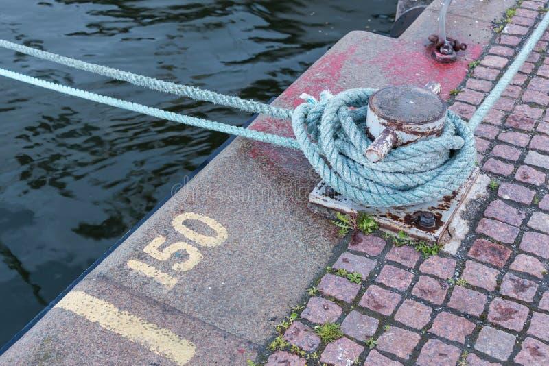 Eisen-Liegeplatz, der weiße Boots-Linien hält lizenzfreie stockfotografie