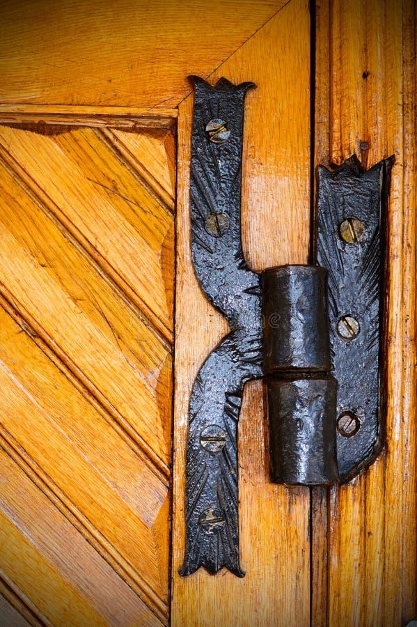 Eisenabhängung von einer alten Holztür lizenzfreie stockfotos