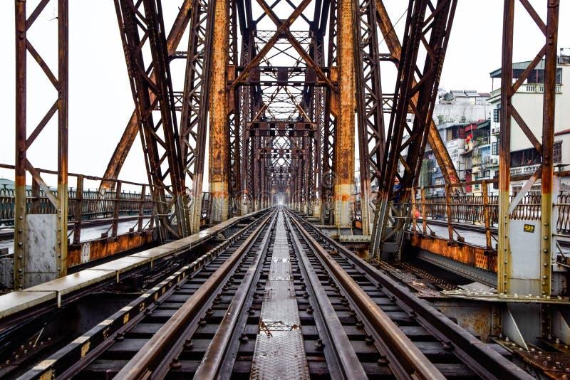 Eisenbahn auf langer Bien-Brücke in Hanoi, Vietnam, errichtet bis zum französischer Kolonialzeit lizenzfreies stockfoto