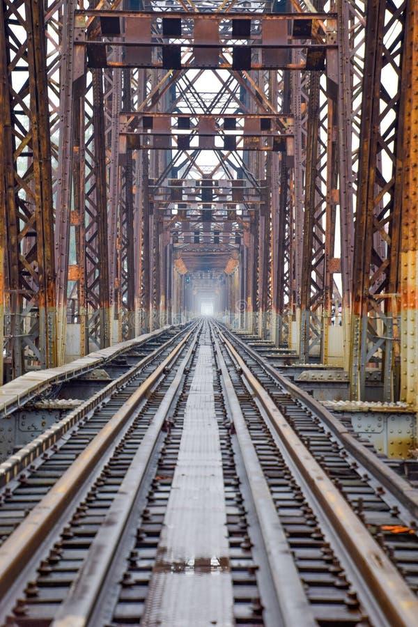 Eisenbahn auf langer Bien-Brücke in Hanoi, Vietnam, errichtet bis zum französischer Kolonialzeit stockfotos