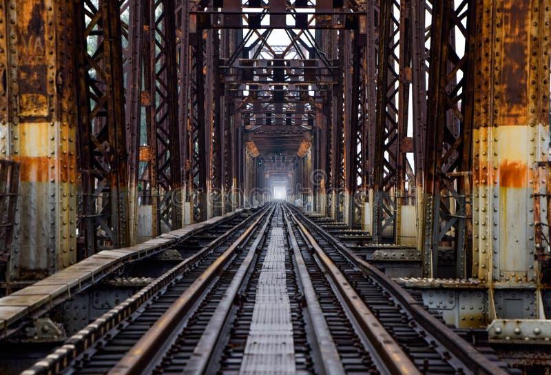 Eisenbahn auf langer Bien-Brücke in Hanoi, Vietnam, wurde es ursprünglich Paul Doumer Bridge genannt stockbild