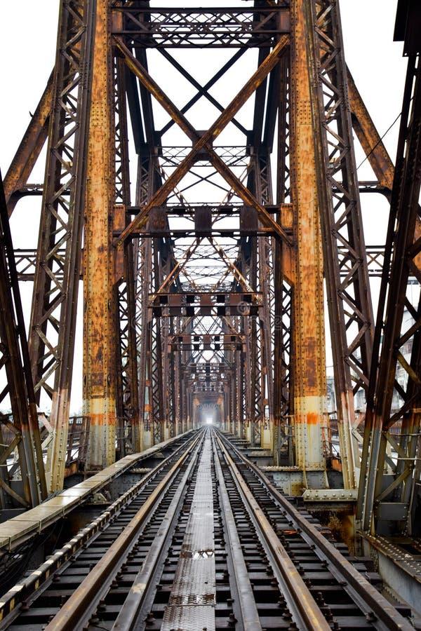 Eisenbahn auf langer Bien-Brücke in Hanoi, Vietnam, wurde es ursprünglich Paul Doumer Bridge genannt lizenzfreies stockfoto