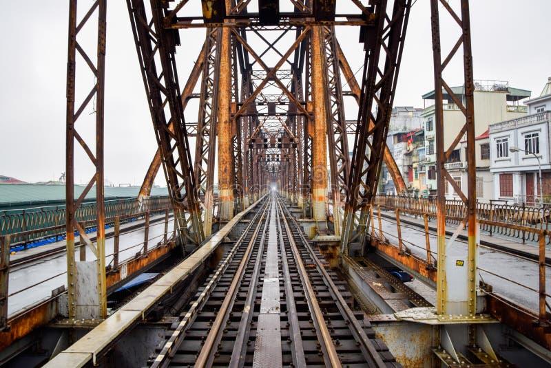 Eisenbahn auf langer Bien-Brücke in Hanoi, Vietnam, wurde es ursprünglich Paul Doumer Bridge genannt stockfoto