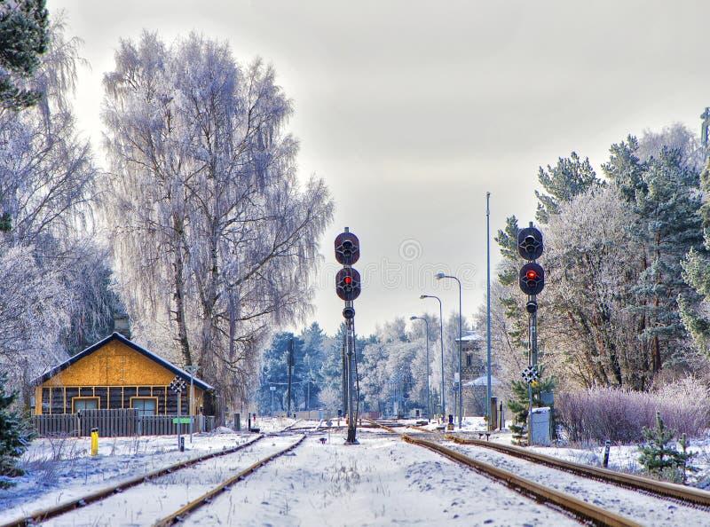 Eisenbahn in der Winterstadt stockbild