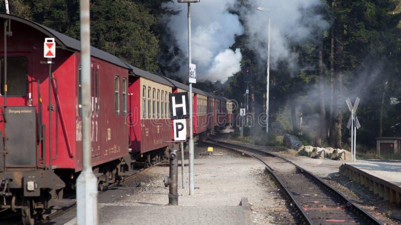 Eisenbahn, die von der Spitze von Brocken-Berg bei Sachsen-Anhalt zurückgeht stockfotos