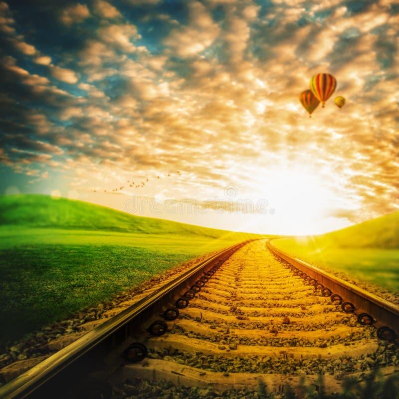 Eisenbahn durch das grüne Tal stockbilder