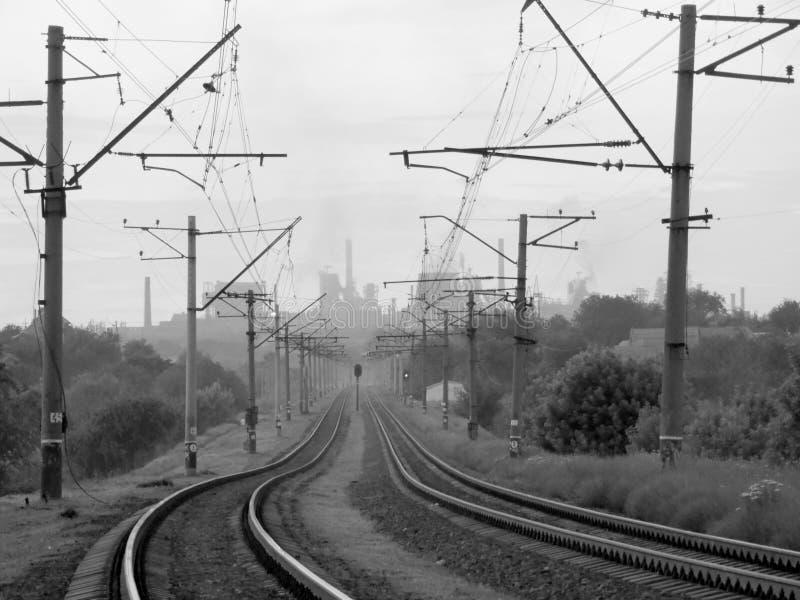 Eisenbahn in einer großen ukrainischen Industriestadt stockbild