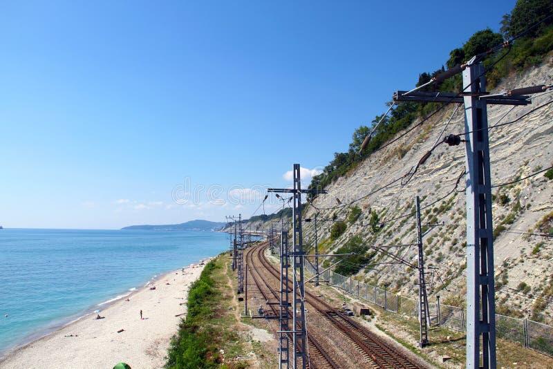 Eisenbahn entlang dem Berg auf einer Seite und entlang dem Meer auf der anderen stockfoto
