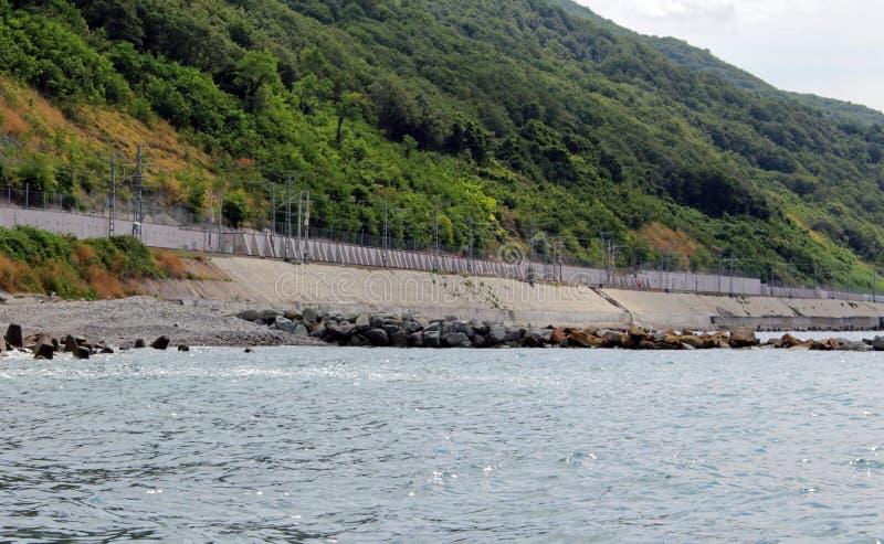 Eisenbahn entlang dem Meer lizenzfreies stockfoto