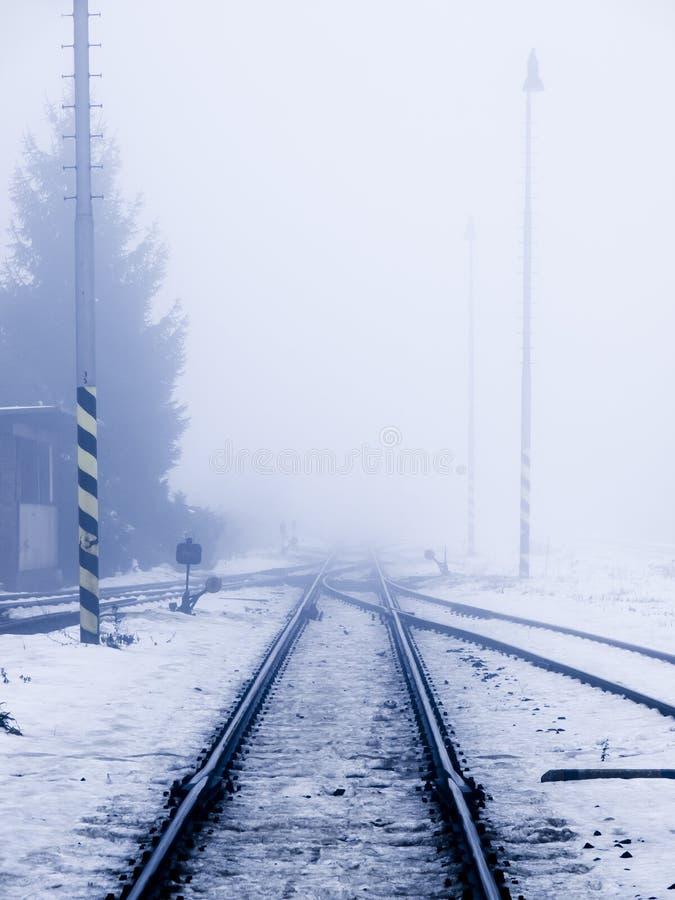 Eisenbahn im Smog stockbilder