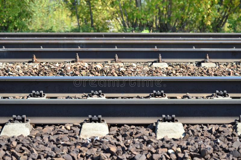 Eisenbahn ist auf der Seite Parallele Zeilen Viele Methoden Dmitrov Kremlin Russland lizenzfreie stockfotografie