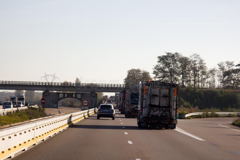Eisenbahn kreuzt Autobahn auf Brücke lizenzfreie stockfotografie